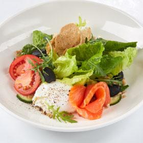 Салат с яйцом Пашот и лососем с заправкой с анчоусами